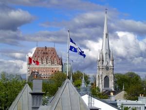 Quebecer und kanadische Fahne in Québec-Stadt