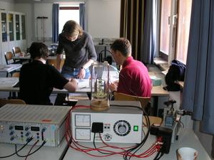 Schüler und Betreuer während eines Projekts